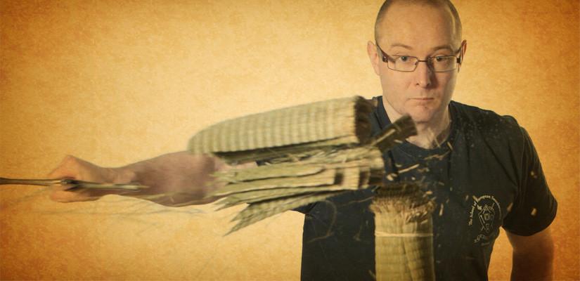 Guy Windsor leikkaa bambumattoa.